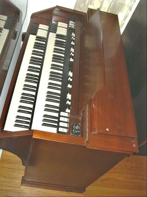 Hammond C3 (mahogany) overhead view